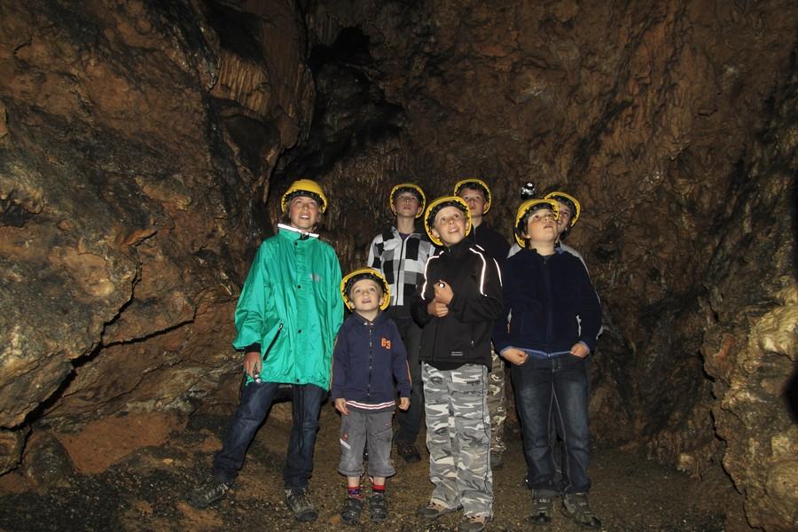 Kleine Gruppe bei einer Höhlenführung